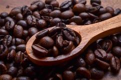Chicchi del fondo/caffè dei chicchi di caffè su fondo di legno Fotografia Stock