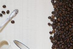 Chicchi della tazza di caffè, del cucchiaino e di caffè Fotografia Stock Libera da Diritti