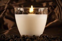 Chicchi di caffè alla luce della candela Fotografia Stock