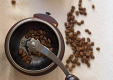 Chicchi di caffè aromatici di mattina nel cezve fotografia stock libera da diritti