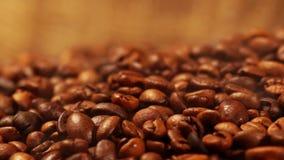 Chicchi di caffè arrostiti stock footage
