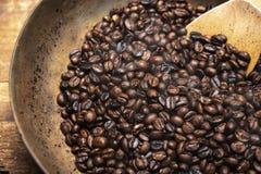 Chicchi di caffè arrostiti con il cucchiaio di legno Fotografia Stock Libera da Diritti
