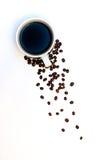 Chicchi di caffè arrostiti con la tazza dalla cima Fotografia Stock Libera da Diritti