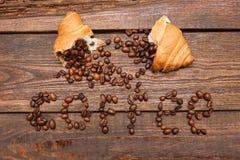 Chicchi di caffè arrostiti in croissant Fotografie Stock Libere da Diritti