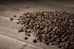 Chicchi di caffè arrostiti freschi fotografia stock libera da diritti