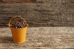 Chicchi di caffè arrostiti nel bucke Fotografia Stock Libera da Diritti