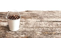 Chicchi di caffè arrostiti nel bucke Fotografie Stock