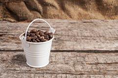 Chicchi di caffè arrostiti nel bucke Fotografia Stock