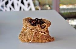Chicchi di caffè arrostiti nel piccolo sacco. Fotografia Stock Libera da Diritti