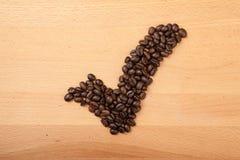 Chicchi di caffè arrostiti nella forma del segno di spunta Fotografia Stock