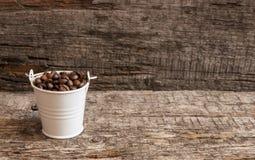 Chicchi di caffè arrostiti in secchio Immagini Stock