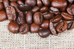 Chicchi di caffè arrostiti su insaccamento fotografia stock libera da diritti