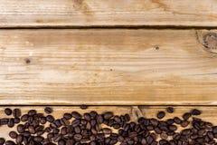 Chicchi di caffè arrostiti su una tavola di legno Immagine Stock Libera da Diritti