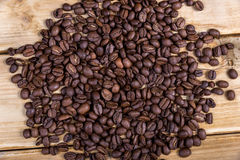 Chicchi di caffè arrostiti su una tavola di legno Fotografie Stock
