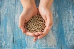 Chicchi di caffè asciutti, caffè asciutto a disposizione Fotografie Stock