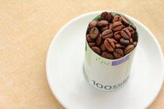 Chicchi di caffè avvolti con la banconota Fotografie Stock Libere da Diritti