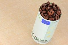 Chicchi di caffè avvolti con la banconota Fotografie Stock