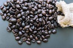 Chicchi di caffè in borsa isolata Immagini Stock Libere da Diritti