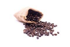 Chicchi di caffè in borsa isolata su bianco Immagini Stock
