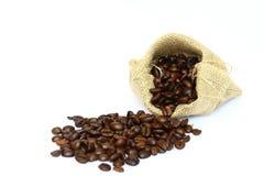 Chicchi di caffè in borsa su bianco Fotografie Stock