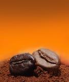 Chicchi di caffè in caffè macinato Fotografie Stock