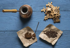 Chicchi di caffè, caffè macinato Immagini Stock