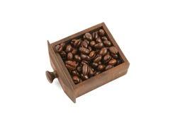 Chicchi di caffè in cassetto di legno Immagini Stock