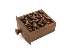 Chicchi di caffè in cassetto di legno Immagine Stock