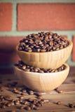 Chicchi di caffè in ciotola Immagine Stock Libera da Diritti