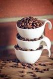 Chicchi di caffè in ciotola Immagini Stock Libere da Diritti