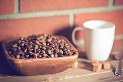 Chicchi di caffè in ciotola Fotografie Stock