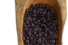 Chicchi di caffè in ciotole di legno, fine su, orizzontale Fotografie Stock