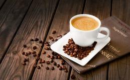 Chicchi di caffè con caffè Immagini Stock