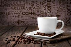 Chicchi di caffè con caffè Immagine Stock