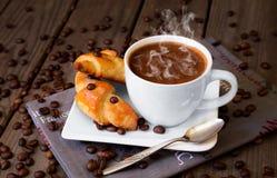 Chicchi di caffè con caffè ed i croissant Fotografie Stock Libere da Diritti