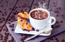 Chicchi di caffè con caffè ed i croissant Fotografia Stock Libera da Diritti