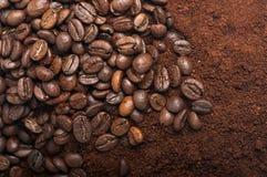 Chicchi di caffè con caffè macinato Fotografie Stock Libere da Diritti