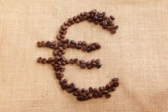 Chicchi di caffè con euro figura Immagine Stock