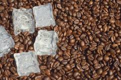 Chicchi di caffè con ghiaccio Immagini Stock
