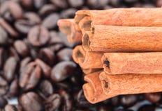 Chicchi di caffè con i bastoni di cannella Fotografie Stock