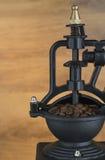 Chicchi di caffè con la macchinetta del caffè Fotografia Stock Libera da Diritti