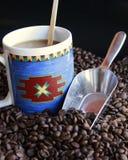 Chicchi di caffè con la tazza Fotografia Stock