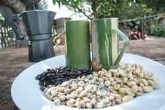 Chicchi di caffè con la tazza di bambù Fotografia Stock Libera da Diritti