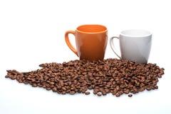 Chicchi di caffè con la tazza di caffè Fotografia Stock