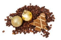 Chicchi di caffè con le piccole decorazioni Fotografia Stock Libera da Diritti