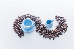 Chicchi di caffè con le stoviglie blu del caffè espresso Fotografia Stock Libera da Diritti