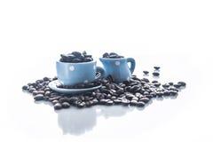 Chicchi di caffè con le stoviglie blu del caffè espresso Fotografie Stock Libere da Diritti