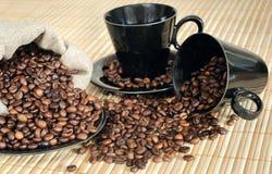 Chicchi di caffè con le tazze ed il sacco Fotografia Stock Libera da Diritti