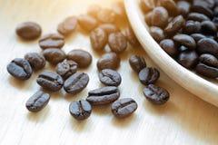 Chicchi di caffè con lo spazio della copia per testo su fondo di legno Immagine Stock
