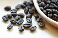 Chicchi di caffè con lo spazio della copia per testo su fondo di legno Fotografie Stock Libere da Diritti